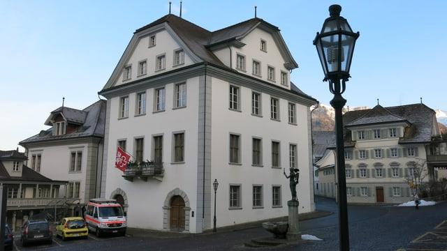 Rathaus in Stans mit Autos davor.