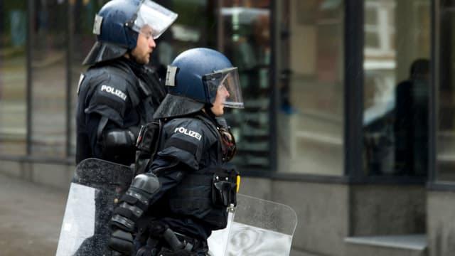 Zwei Polizisten in Kampfmontur