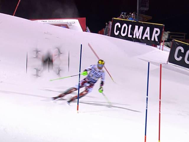 Die Kamera-Drohne stürzt hinter dem Skirennfahrer auf die Piste und zersplittert.