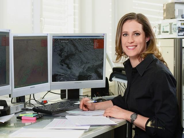 Daniela Schmuki am Arbeitsplatz bei der Erstellung der Wetterprognose