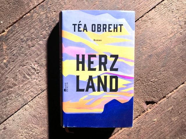«Herzland» von Téa Obreht liegt auf einem dunklen Dielenboden