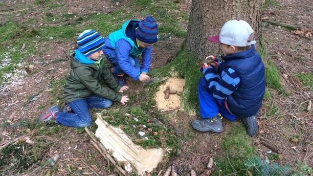 Kinder bastelen Schwingarena im Wald