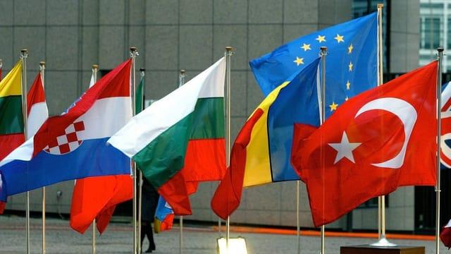 Purtret da bandieras a Brüssel e davostier quella da l'Uniun europeica.