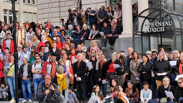Menschen auf der Treppe vor dem Zürcher Opernhaus.