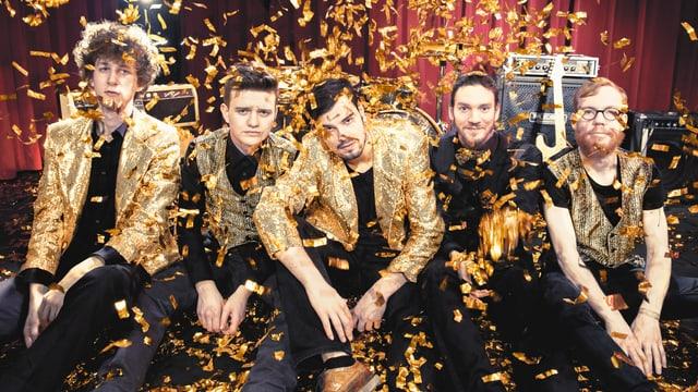 Die Band im Goldregen.