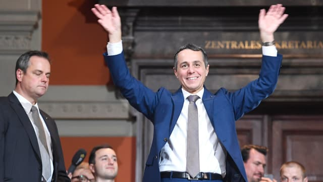 Ignazio Cassis strahlt nach seiner Wahl in den Bundesrat.
