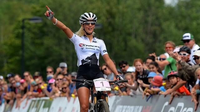 Jolanda Neff jubelt beim Überqueren der Ziellinie.