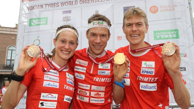 Judith Wyder (3.), Daniel Hubmann (Weltmeister) und Andreas Kyburz (3.) präsentieren ihre Medaillen.