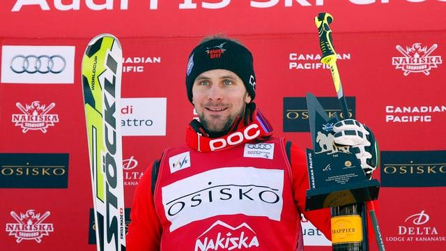 Armin Niederer mit Skis und Trophäe