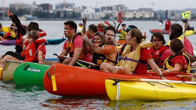 Protestierende auf Booten im Terminal von Newcaslt
