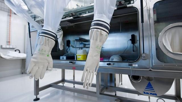 Handschuhe ohne Hände in einem sterilen Labor.