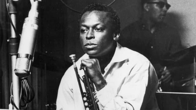 Ein Porträt von Miles Davis.