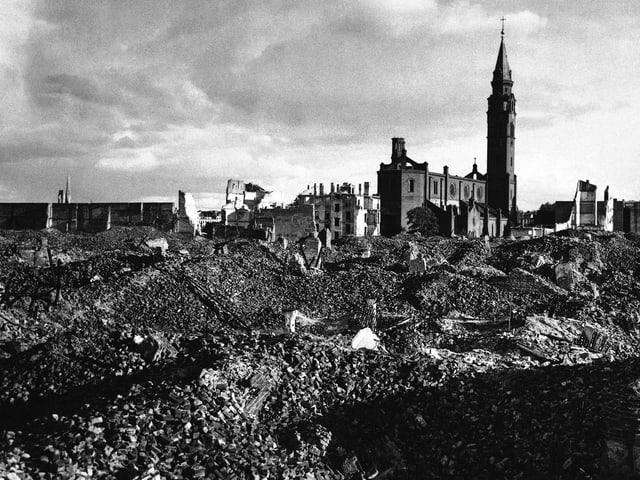 Schwarz-weiss-Bild: Totale auf Trümmer.