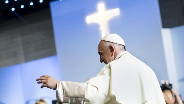 Purtret da papa Francestg duant in pled.