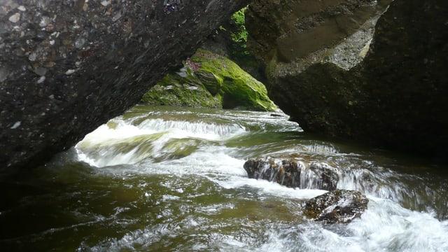 Die Waldemme fliesst durch eine Felsenschlucht.