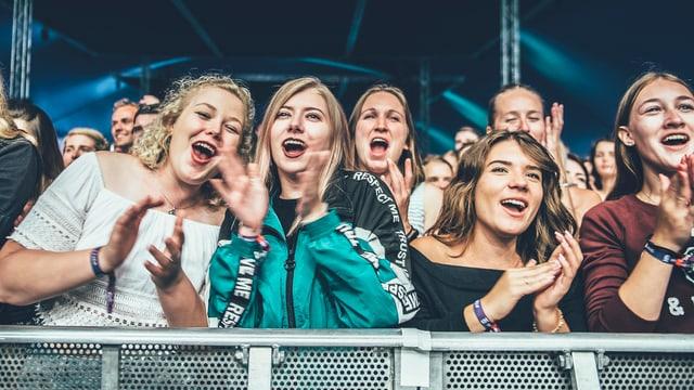 Das (vorwiegend) weibliche Publikum pusht den Sänger noch weiter während der Show.