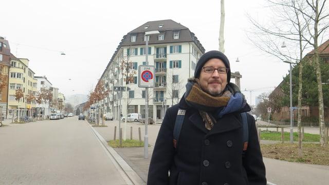 Verkehrsberuhigte Sihlfeldstrasse in Zürich. Im Vordergrund Student Alexander Andrae
