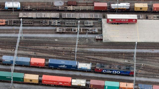 Cargo-Züge bei einer Hupac-Verladestation.
