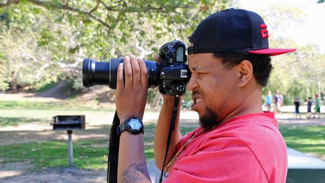 Ein Paparazzo hält die Kamera im Anschlag