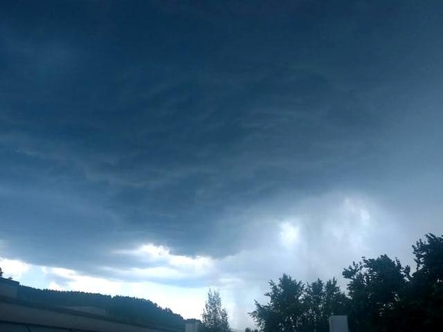 Schwarze Wolken über den Hausdächern in Füllinsdorf (BL)