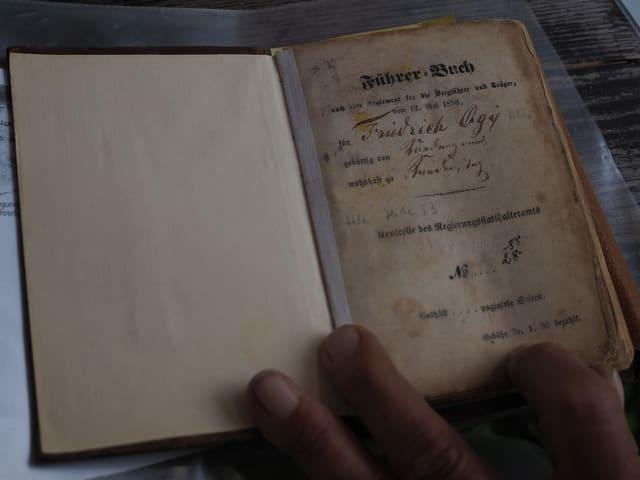 Das Führerbuch von Fritz Ogi aus den 1860er-Jahren.