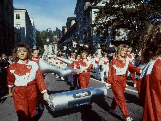 Frauen in Trainingsanzügen am Olma-Umzug