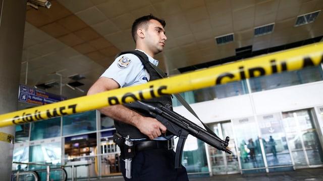 Polizist mit Maschinengewehr am Flughafen Atatürk