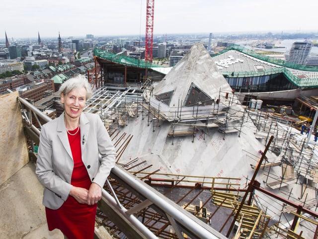 Barbara Kisseler am Presserundgang über die Baustelle der Elbphilharmonie im Juli 2013.