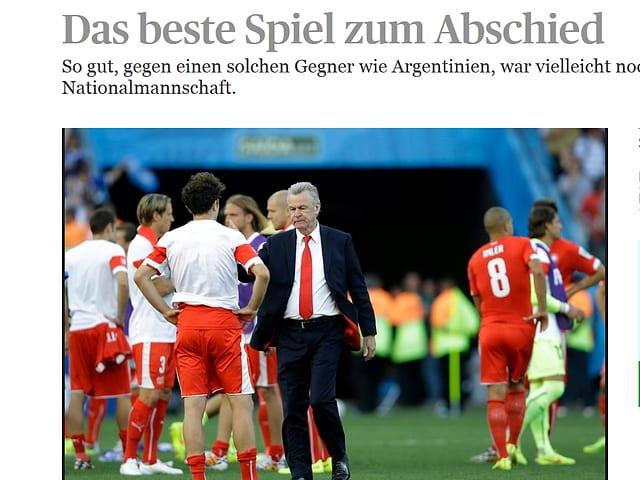 Hitzfeld klatscht Spieler ab.