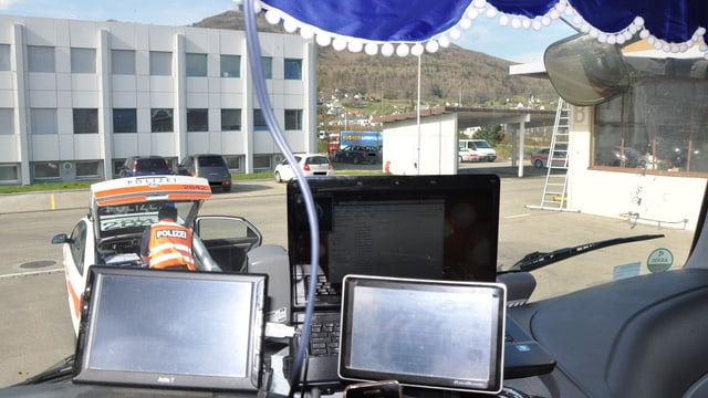 Blick aus dem Führerstand des Lastwagens, in der Mitte ist fast die ganze Frontscheibe verdeckt.