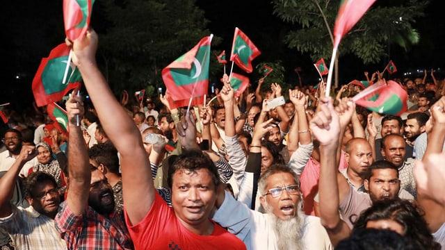 Die Bevölkerung in der Hauptstadt Malé feiert die Freilassung der Politiker.