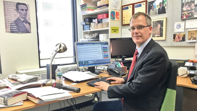 Beat Soltermann sitzt in seinem Büro am Schreibtisch.