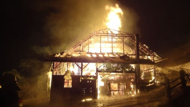 Das Wohnhaus mit angebauter Scheune brennt lichterloh.
