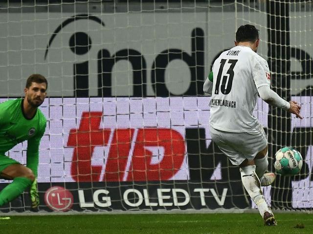 Lars Stindl erzielt vom Penaltypunkt das 2:3