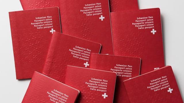 Mehrere Schweizer Pässe auf weissem Hintergrund.