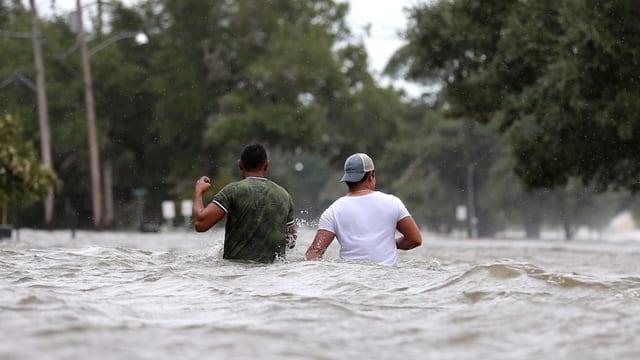 Zwei Menschen stehen hüfthoch im Wasser