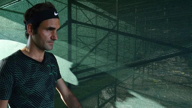 Roger Federer läuft auf den Platz.