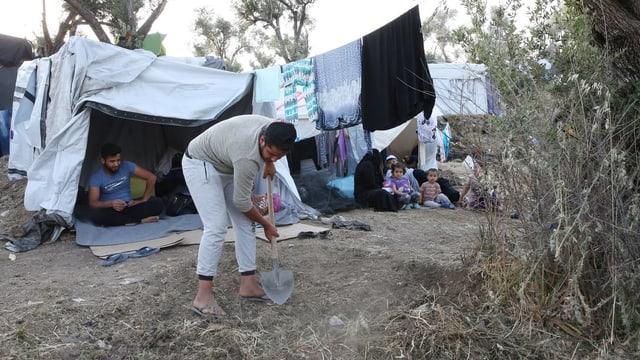 Mann vor Zelt in Flüchtlingscamp.