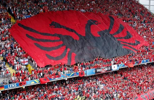 Ils fans Albanais en il stadion a Lens.