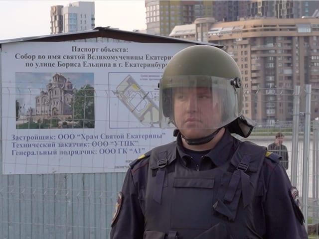Ein Polizeibeamter in Jekaterinburg bewacht eine Baustelle.