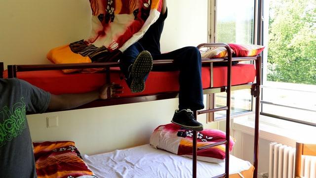 Ein Asylsuchender auf einem Stockbett im Asylzentrum Hirschpark in Luzern.
