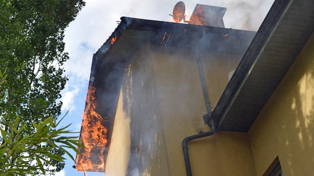 Flammen aus Haus