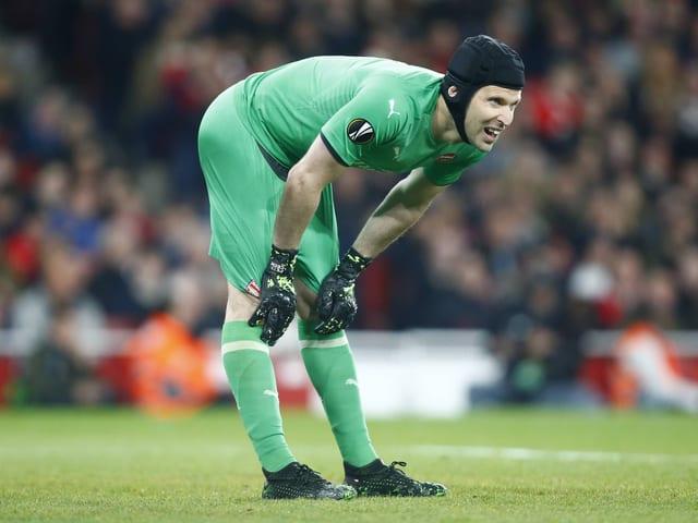 Petr Cech gebückt im Tor
