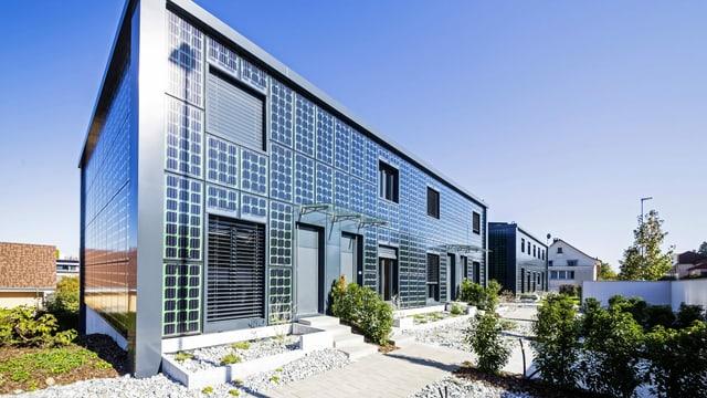 Häuser mit Fassade aus Fotovoltaik-Elementen.