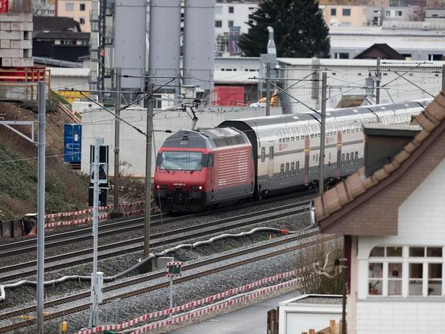 Eine S-Bahn der SBB unterwegs zwischen Aarau und Olten, aufgenommen am 4. Februar 2016, Blick Richtung Olten, in Aarau.