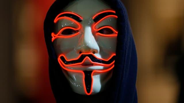 Ein Mann mit einer Maske.