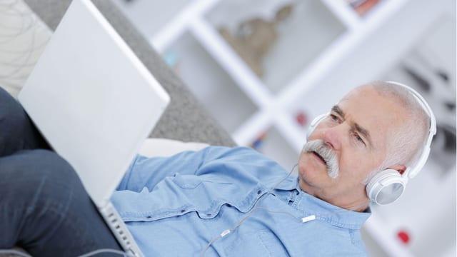 Senior am Laptop