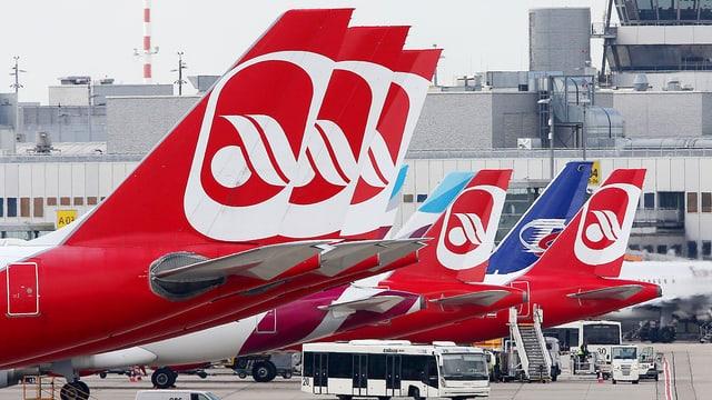 Mehrere Flugzeughecks auf denen das Air-Berlin-Logo zu sehen ist.
