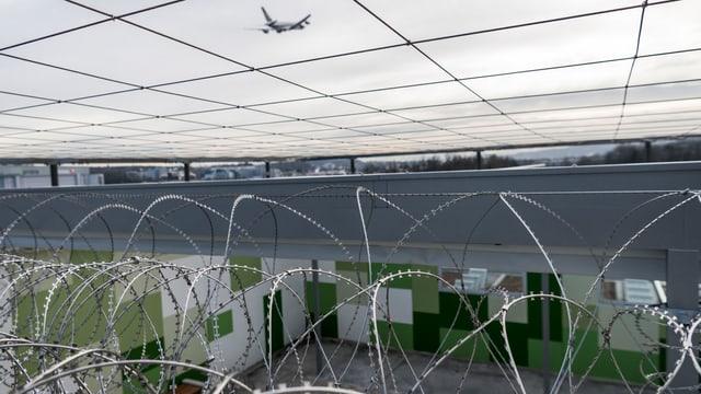 Stacheldraht vor Flughafengefängnis.