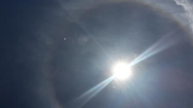 Die Sonne am blauen Himmel.